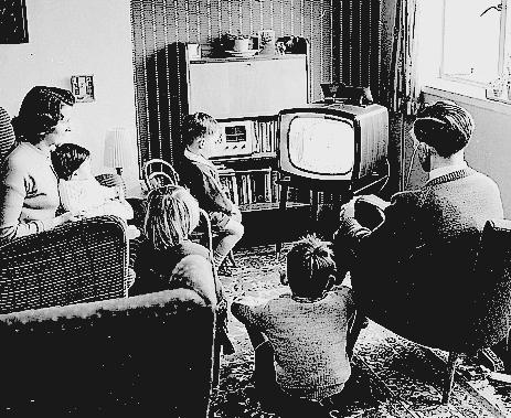 """a influencia da tv na vida Frases sobre a televisão: frases e pensamentos sobre a televisão do arquivo de  frases famosas combr  """"muito cedo a televisão, para exercer sua influência  soberana, percorrerá em  o ideal da vida social é você e seu aparelho de tv."""